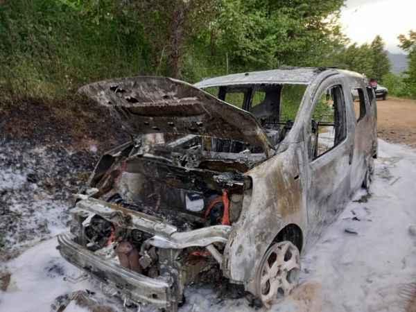 Sakarya'da motor kısmında yangın çıkan hafif ticari araç kullanılamaz hale geldi