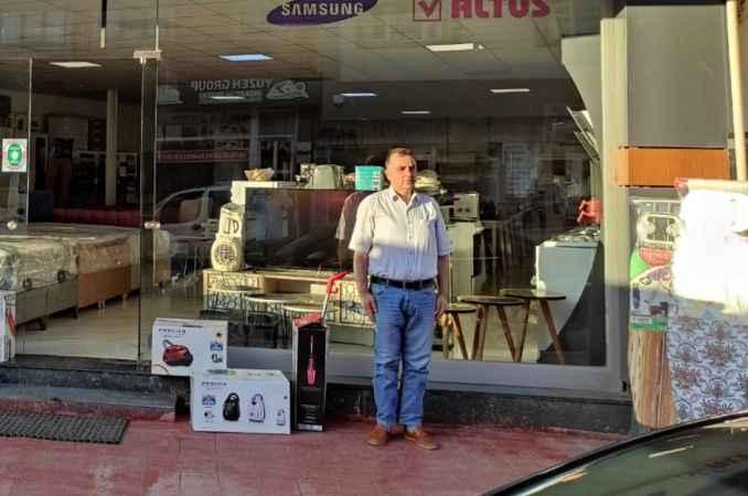 Ferizli'de esnaf ve vatandaşlar saat 19.19'da İstiklal Marşı okudu