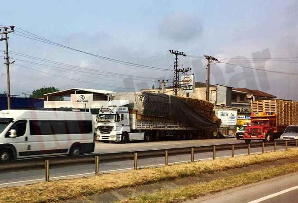 D-100'de yola dökülen saman balyaları trafiği aksattı!
