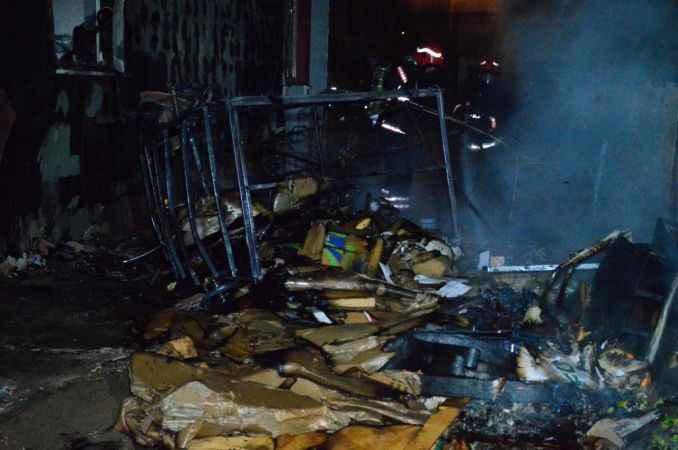 3 katlı binada yangın paniği...İtfaiye ekipleri yangını söndürmek için seferber oldu