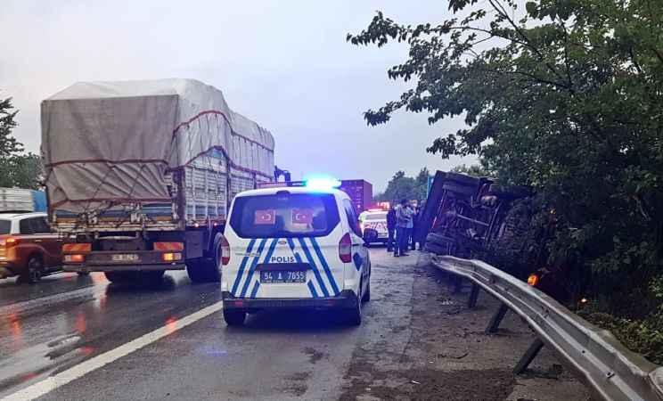 Sakarya'da kamyonla hafif ticari araç çarpıştı: 3 yaralı