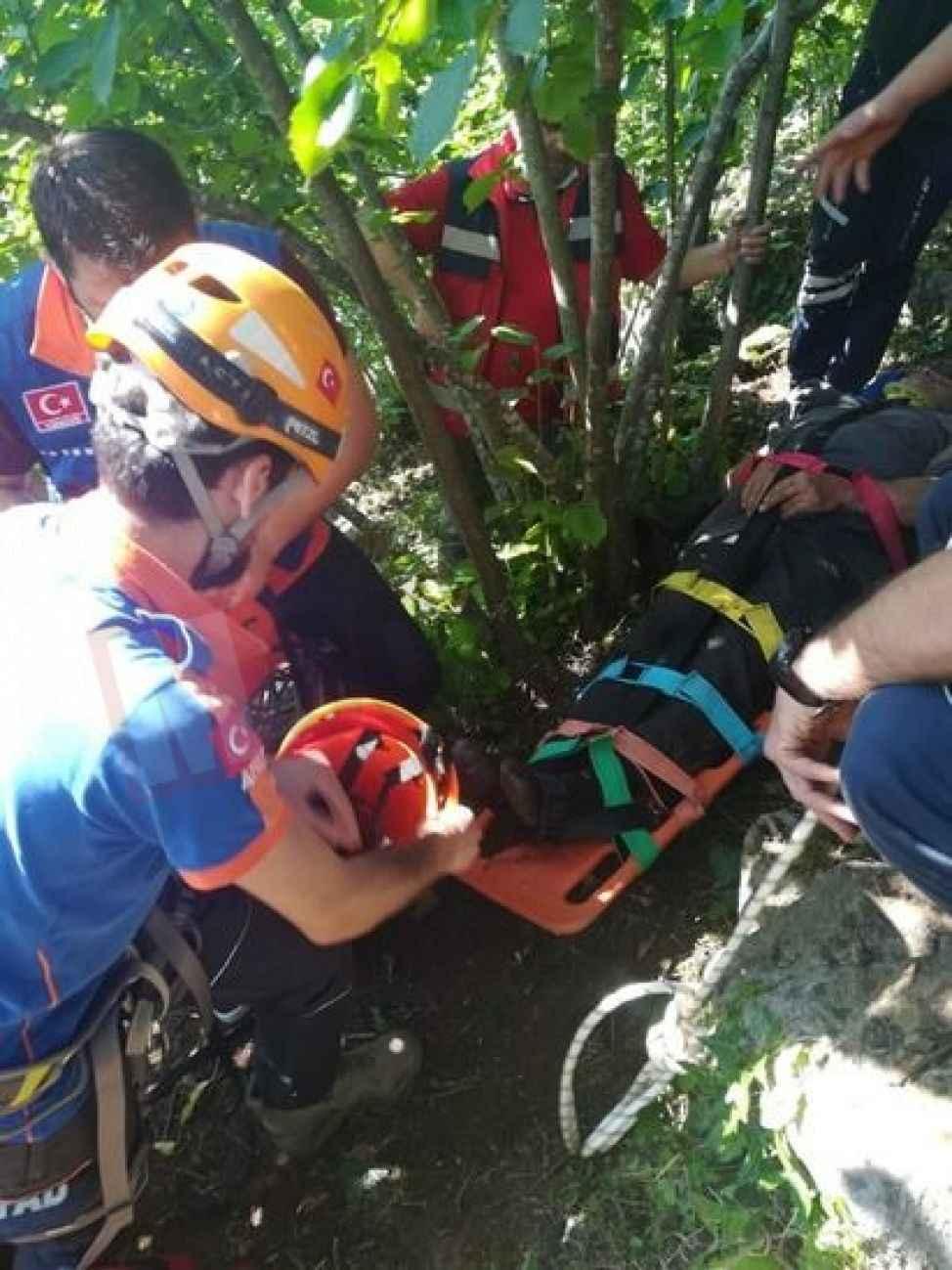 Dik yamaçtaki ağaçtan düşen vatandaş kurtarıldı!