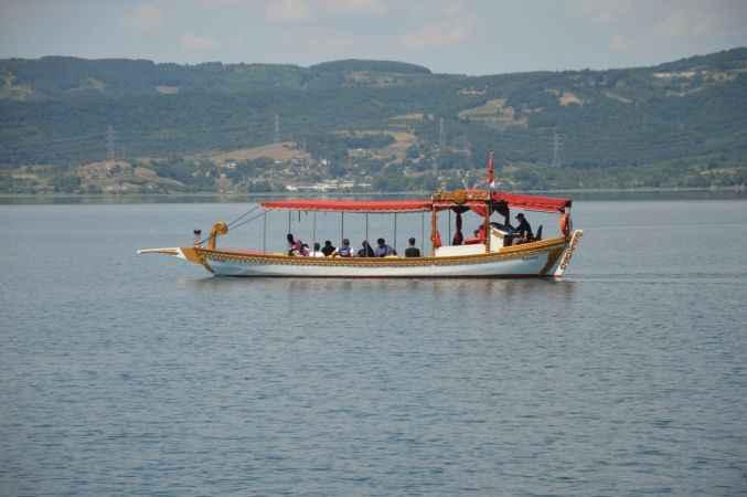 Turistler Sapanca'da güzel havanın tadını çıkardı