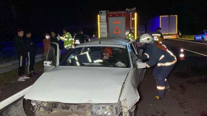 Kaza yapan doktor aracından inerek yaralılara müdahale etti