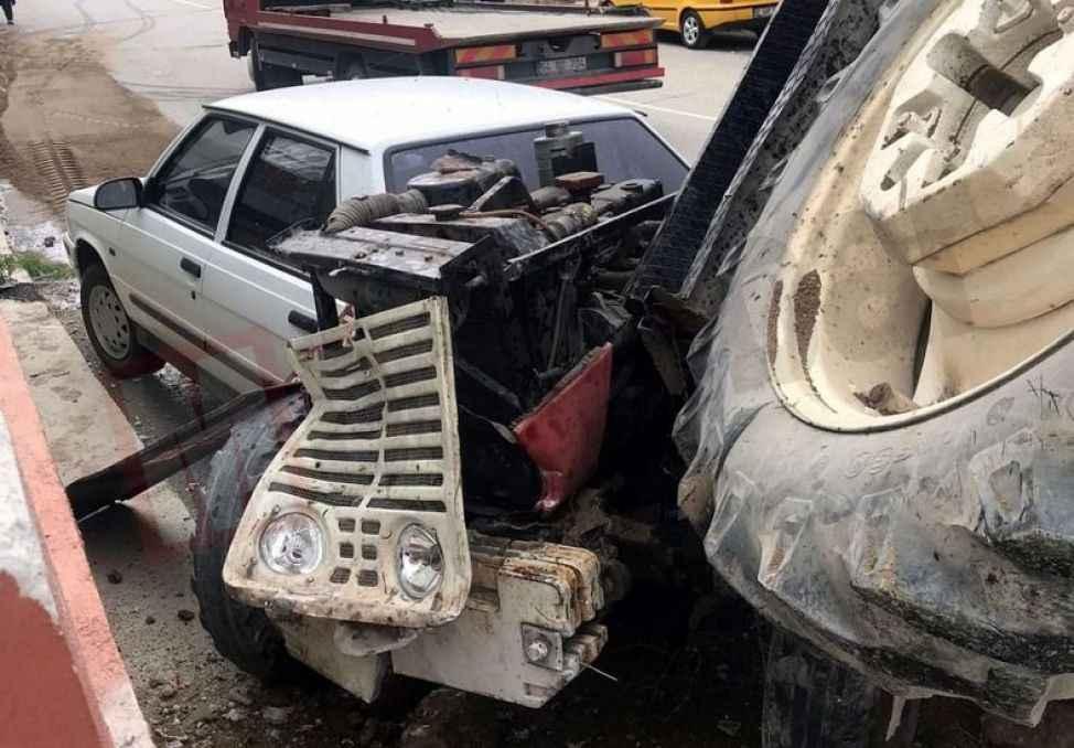 Freni boşalan Belediyeye ait traktör, otomobile çarpıp ikiye bölündü... 2 yaralı