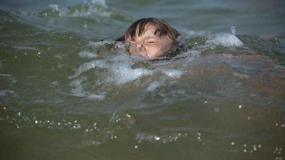 Karasu'da sezonun ilk boğulma vakası... 13 yaşındaki çocuk son anda kurtarıldı