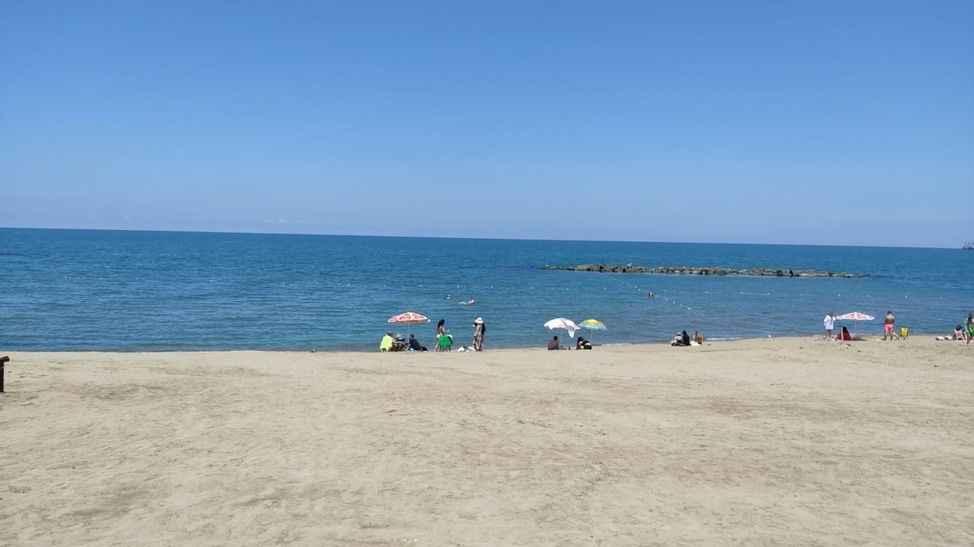 Kısıtlama yok, güneşte var... İlk tercih Karasu sahilleri oldu!