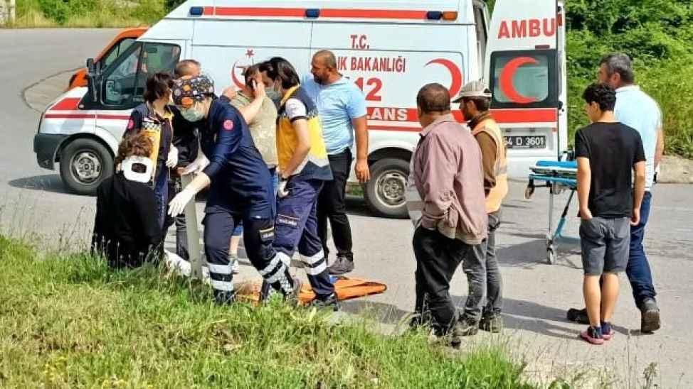 Karasu'da iki otomobil çarpıştı: 3 yaralı
