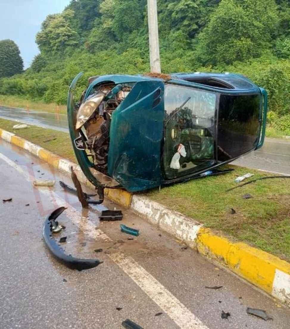 Karasu girişinde kaza: Takla atarak aydınlatma direğine çarptı