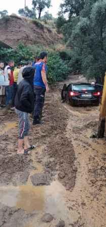 Sele kapılan otomobil çamura gömüldü