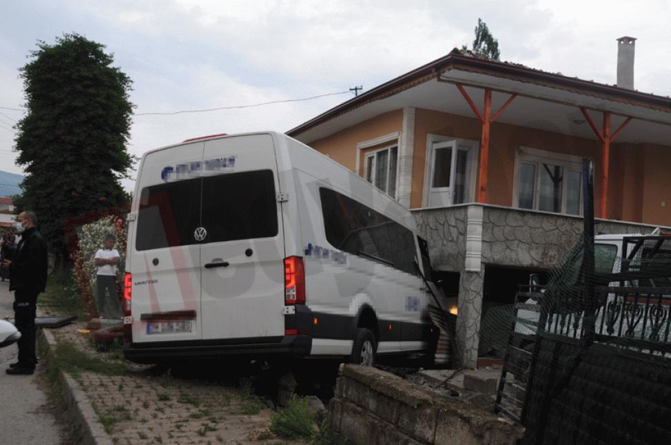 Minibüs evin bahçesine girdi: 4 yaralı!