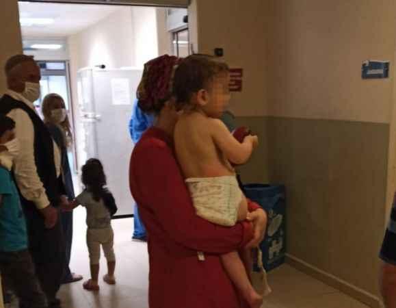 İkiz bebeklerin üzerine kaynar su döküldü