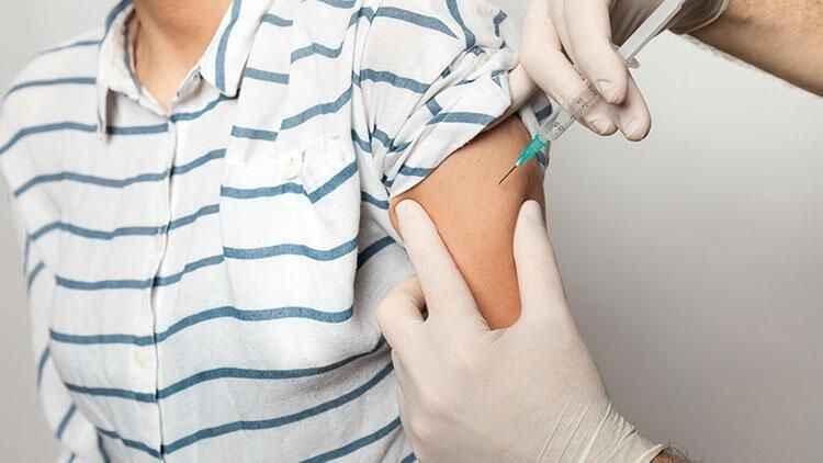Bakan Koca'dan aşı randevusunda 18 yaş sınırı paylaşımı