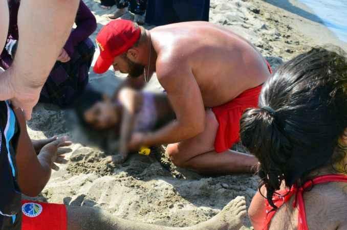 Küçük kız boğulma tehlikesi geçirdi! İmdadına cankurtaranlar yetişti