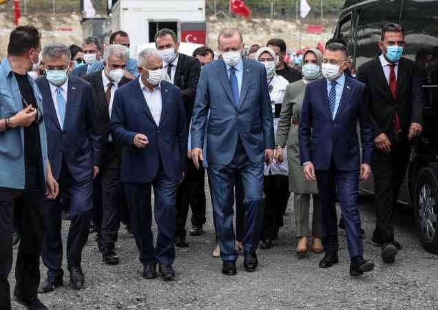 Cumhurbaşkanı Erdoğan, Kanal İstanbul için temel atma alanında