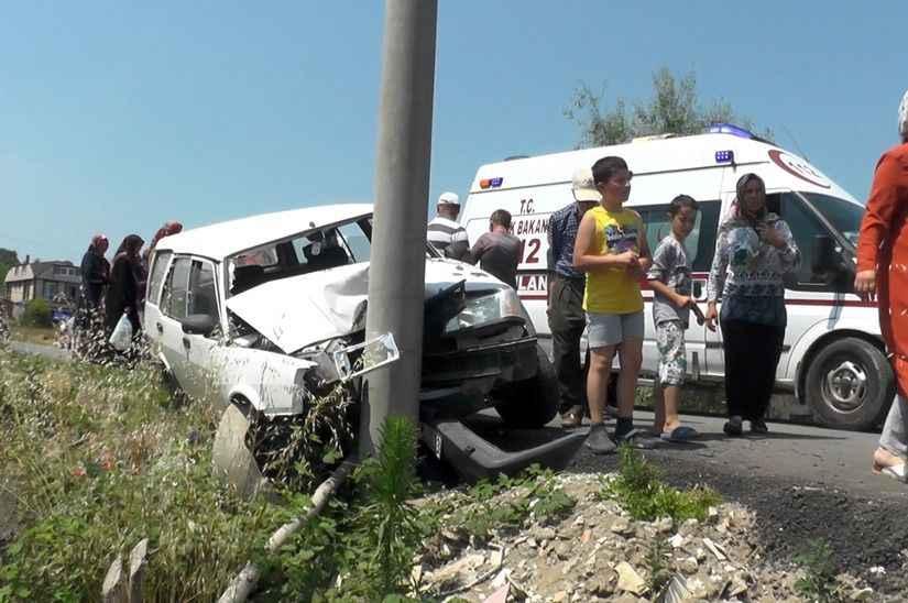 Elektrik direğine çarpan otomobildeki aynı aileden 3 kişi yaralandı