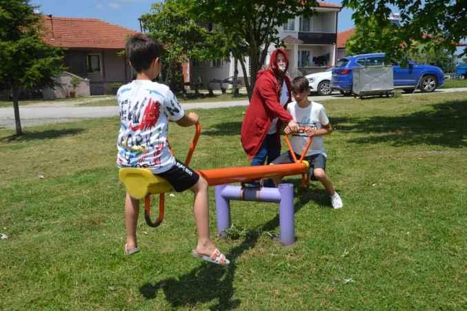 Sakarya'da belediye ekipleri parka gidemeyen engelli gencin bahçesine park kurdu