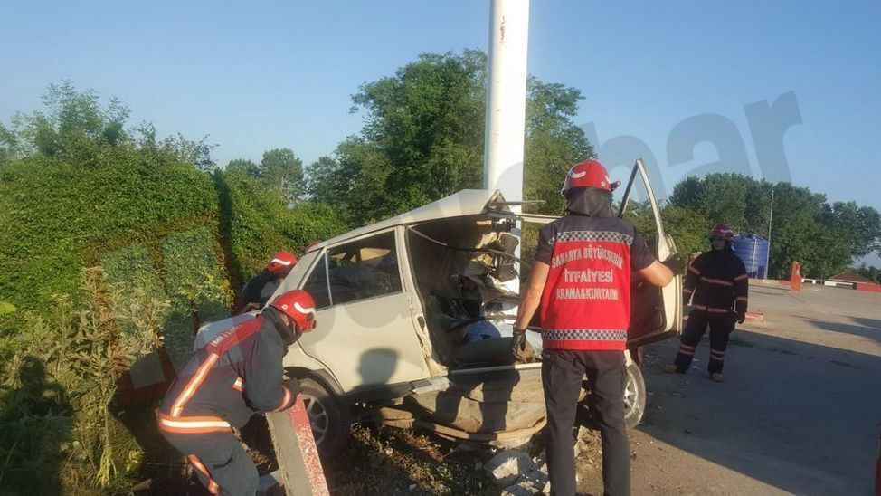 Elektrik direğine çarpan otomobil ikiye bölündü: 1 kişi öldü