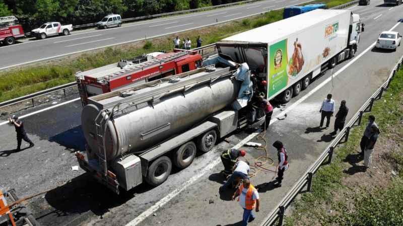 TEM'de zincirleme feci kaza: Tanker TIR'a ok gibi saplandı,1 ölü