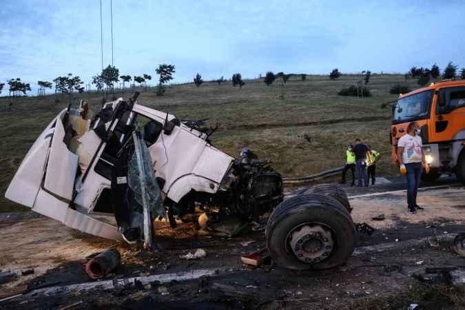 TEM Otoyolu'nda direğe çarpan tırın sürücüsü öldü