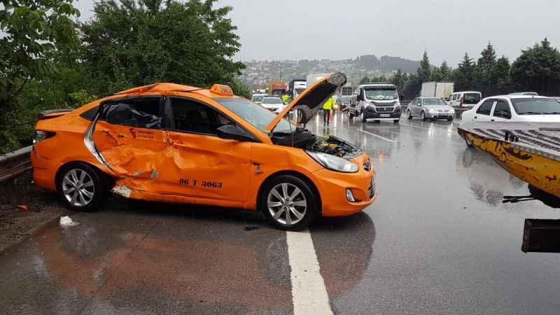 Anadolu Otoyolu'nda kamyonla ticari taksi çarpıştı: 6 yaralı