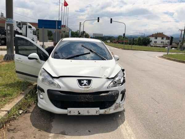 D140 karayolunda iki otomobil çarpıştı