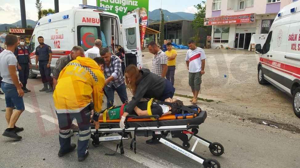 Otomobil TIR'a çarptı aynı aileden 3 çocuk 5 kişi yaralandı