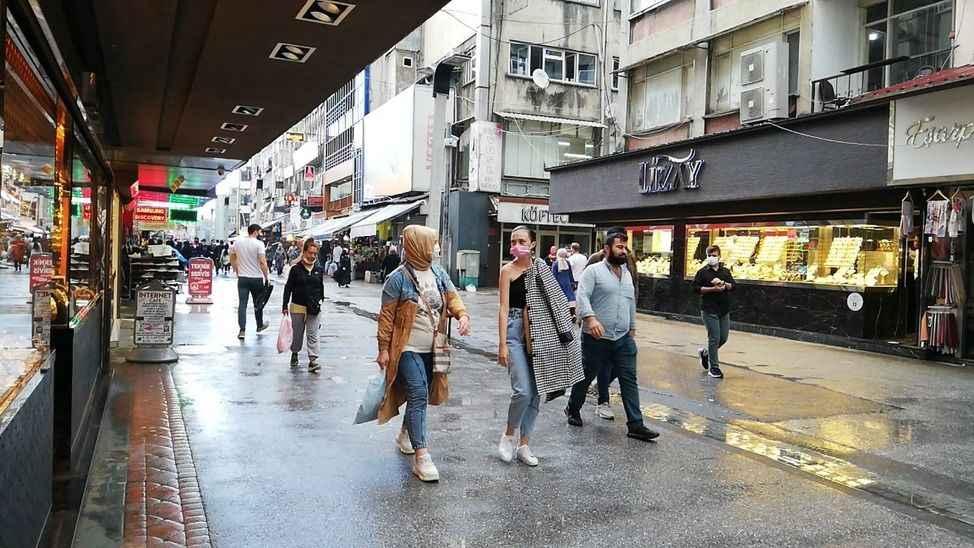Yağışa rağmen vatandaşlar alışverişten vazgeçmedi