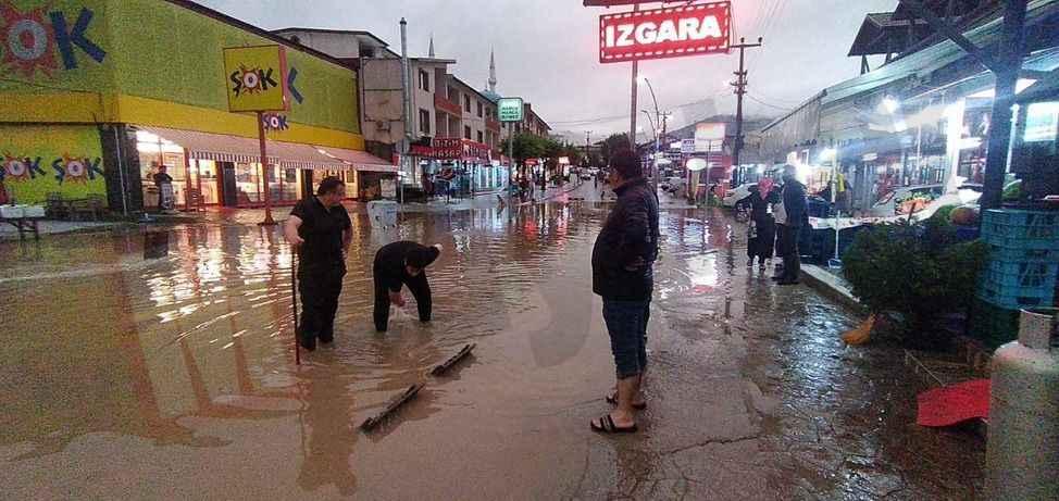 Akyazı'nın turistik caddesi sular altında kaldı!