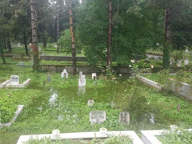Hendek'te mezarlık sular altında kaldı