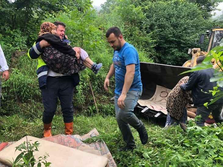 Selde mahsur kalan asırlık Ayşe Nine'yi belediye ekipleri kurtardı!