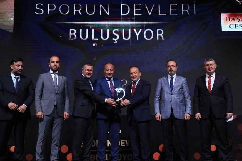 """Sakaryalı gazeteci Atakan Çelik'e """"Üstün Cesaret Ödülü"""""""