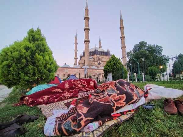 Otellerde yer bulamayan güreş sevdalısı Sakaryalı, Selimiye Camii'nin gölgesinde yatıyor...