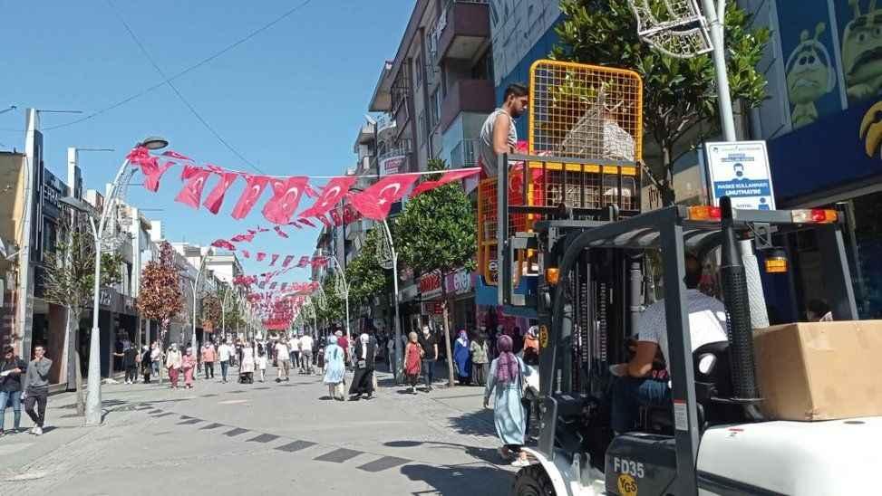 Çark Caddesi 15 Temmuz öncesi bayraklarla donatıldı