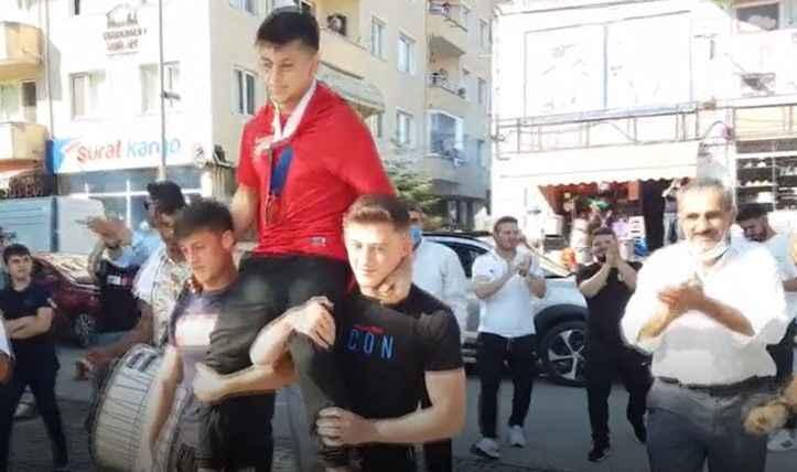 Dünya şampiyonuna davul zurnalı karşılama