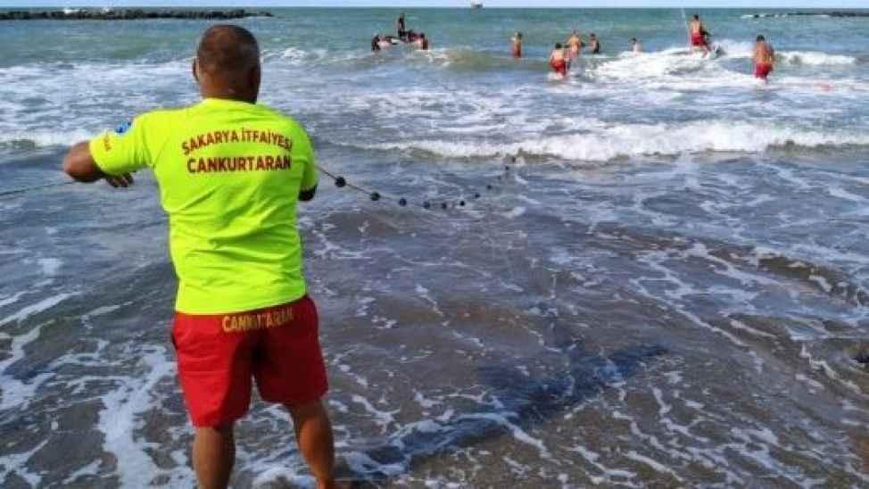 Sahilde hareketli dakikalar! 17 yaşındaki genç boğulma tehlikesi geçirdi