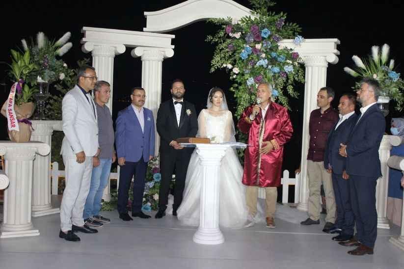 Siyasilerin bir araya geldiği düğün