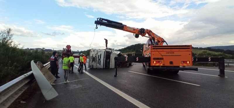 TEM'de devrilen tır kaldırıldı! Düzce Sakarya yolu trafiğe açıldı