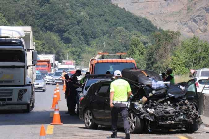Yabancı plakalı otomobil TIR'a arkadan çarptı: 3 yaralı