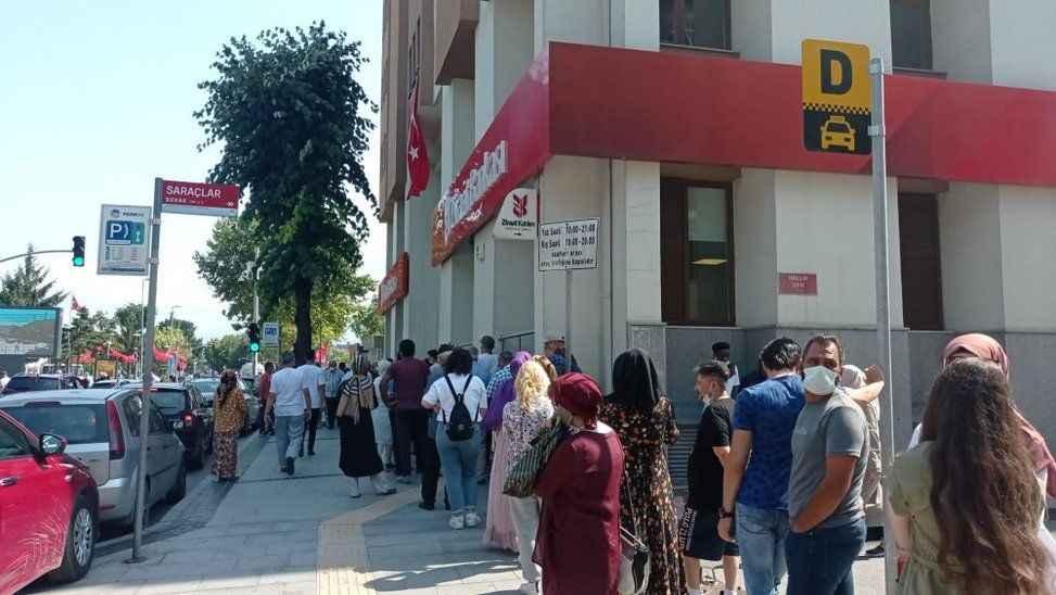 Bayram tatili sonrası vatandaşlar bankalarda uzun kuyruklar oluşturdu