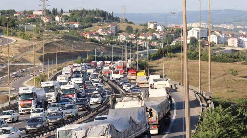 3 TIR'ın karıştığı maddi hasarlı kaza TEM Otoyolu'nu kilitledi