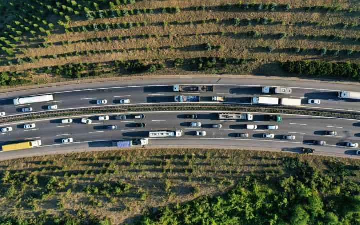 TEM Kocaeli'de 3 tırın karıştığı zincirleme kaza otoyolda trafiği felç etti