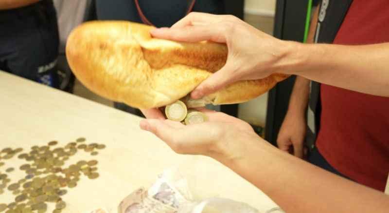 Dilenci topladığı paraları ekmeğin içine gizlemiş
