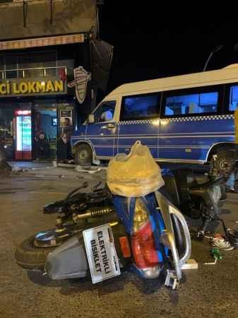 Yolcu minibüsü ile elektrikli bisiklet çarpıştı: 3 yaralı