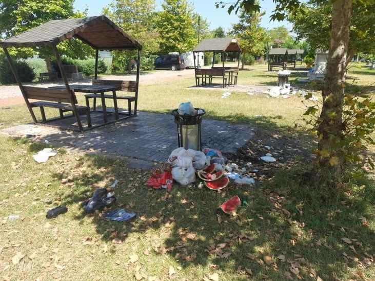 Değişmeyen manzara, piknikçilerden geriye çöp yığınları kaldı