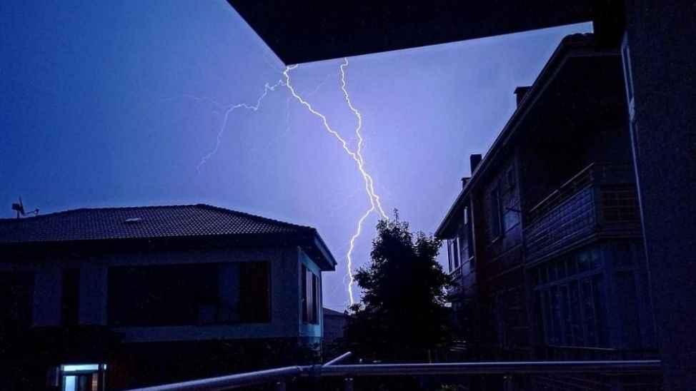Meteoroloji uyardı, şimşekler geceyi aydınlattı