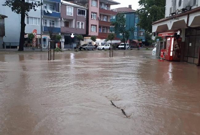 Sabah evlerinden dışarı bakan vatandaşlar sokakların su altında kaldığını gördü!