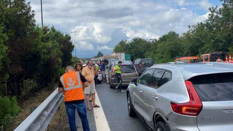 TEM'DE 15 aracın karıştığı kazada 12 kişi yaralandı! Yaralılar Sakarya'ya da getirildi!