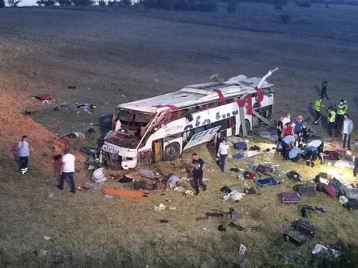 Sakarya'dan 3 yolcu alan yolcu otobüsü devrildi:15 ölü, 17 yaralı