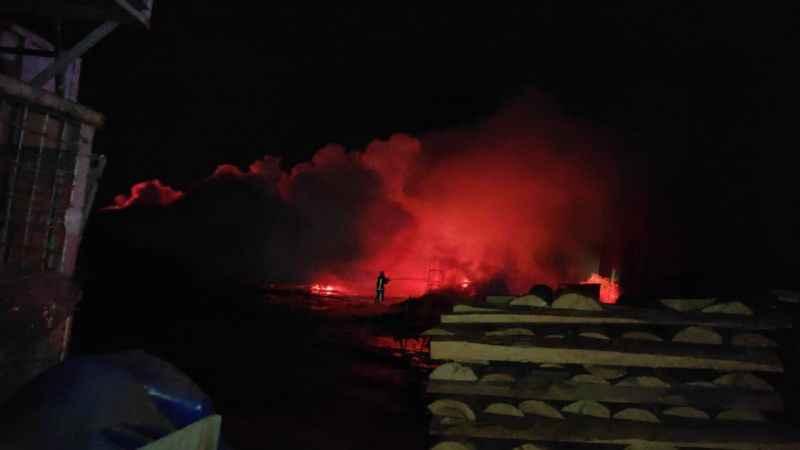 Bursa'da bir palet fabrikasında çıkan yangına müdahale ediliyor